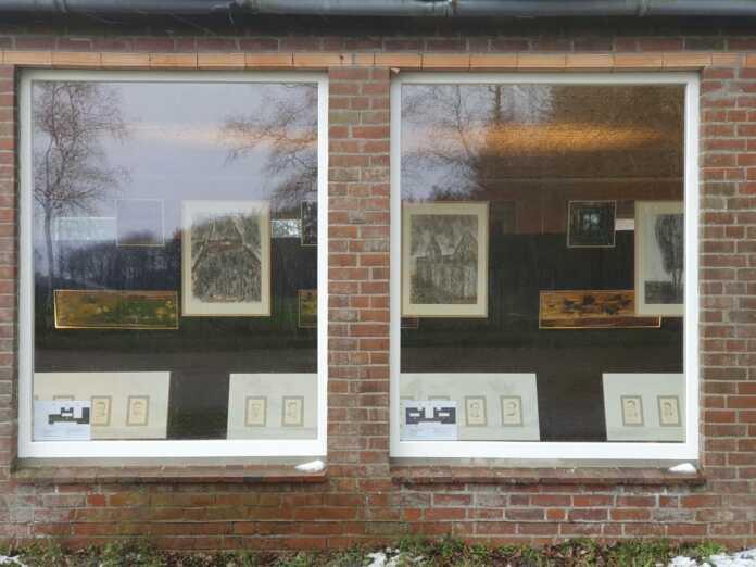 sel-Ausstellung hinterm Fenster